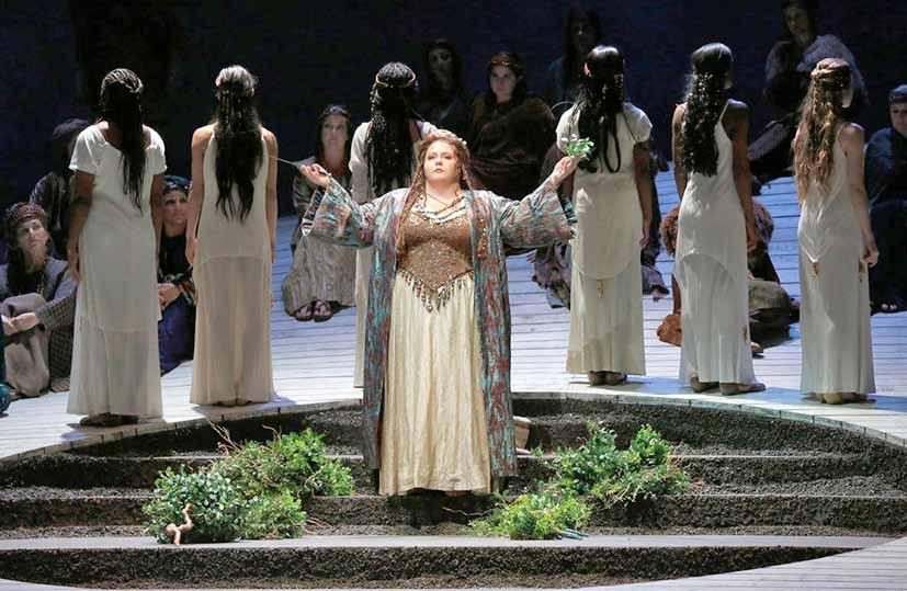 Angela Meade Los Angeles Opera'nın 2015-16 sezonu gösterimi Norma da başrolde. (Foto: Ken Howard). Angela Meade as Norma in the Los Angeles Opera's 2015-16 season (Photo: Ken Howard).